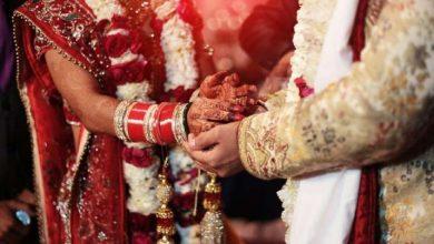 Photo of OMG! इस कपल ने शादी पर न पहुंचने वाले दोस्तों पर लगाया जुर्माना, जानिए क्यों?