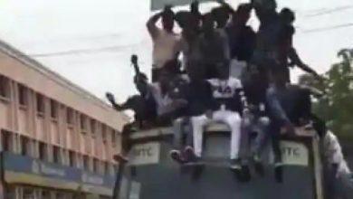 Photo of बस की छत पर बैठे थे काफी लोग, ड्राइवर ने ब्रेक लगाया तो…, जरूर देखें वायरल वीडियो